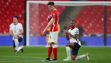 Anglicy klęknęli na Wembley, Polacy nie.
