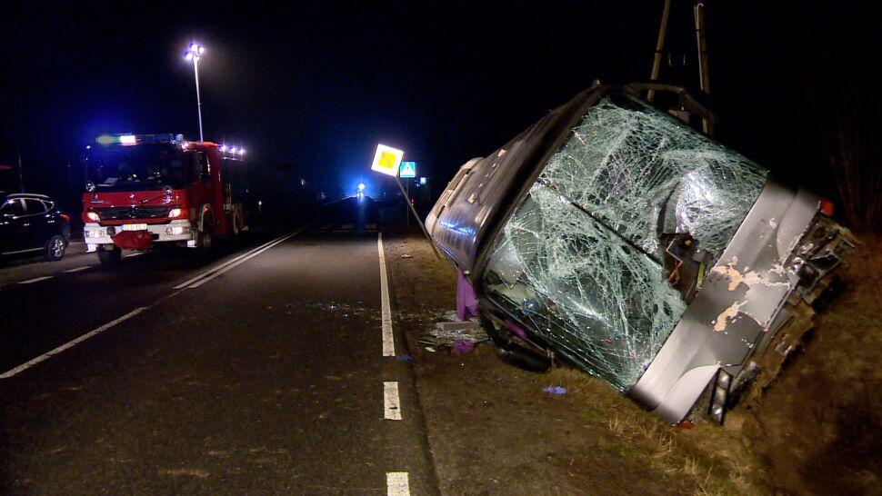 Urwane koło ciężarówki uderzyło w przednią szybę autobusu. Kierowca nie żyje