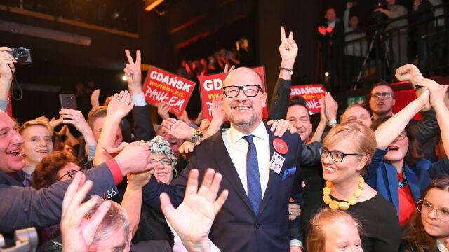 Paweł Adamowicz cieszy się po ogłoszeniu wyników sondażowych