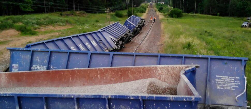 Wykolejenie pociągu. Zablokowana trasa  między Suwałkami a Augustowem
