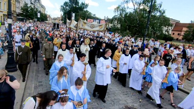 Katolicy obchodzą Boże Ciało. Ulicami przejdą procesje