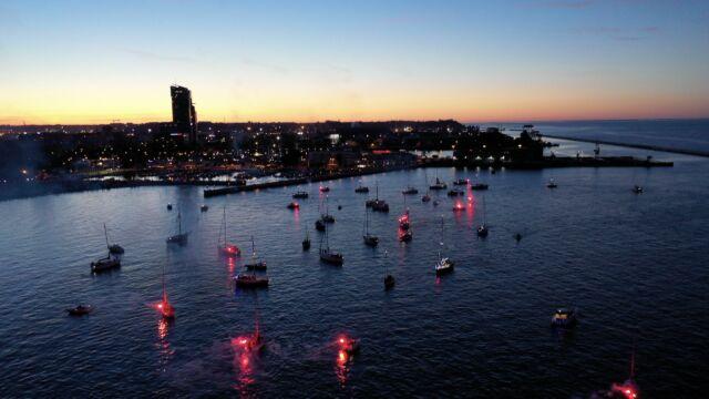 Oświetlone jachty i czerwone race. Wyjątkowa parada o zmroku