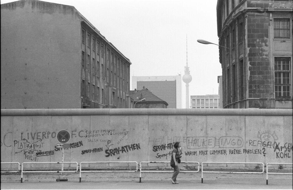 Mur graniczny na Friedrich-Ebert-Platz na wysokości Reichstagu z widokiem na wieżę telewizyjną