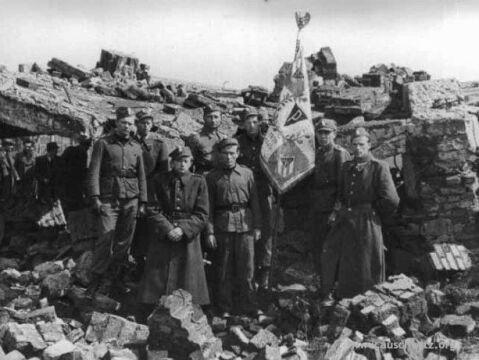 Wartownicy z Ochrony Państwowego Muzeum w Oświęcimiu w ruinach komory gazowej i krematorium nr II, 1948 r.