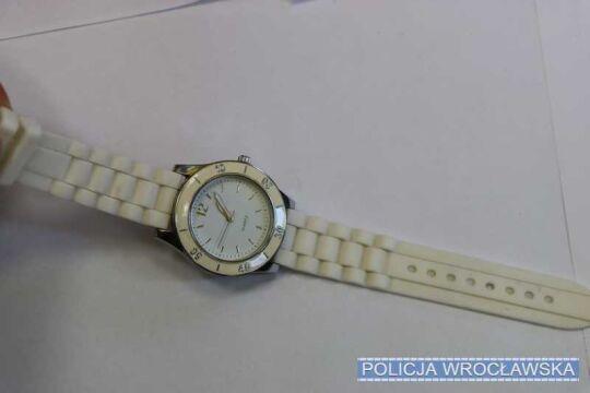 Biały damski zegarek czeka na obiór u wrocławskich policjantów