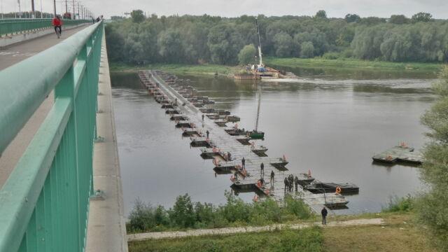 Uniosą rury ze ściekami, ale nie nowe czołgi. Wojsko nie ma pieniędzy na mosty pontonowe
