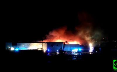 Dachu już nie ma, strażacy walczą dalej. Pożar gasi blisko 30 zastępów
