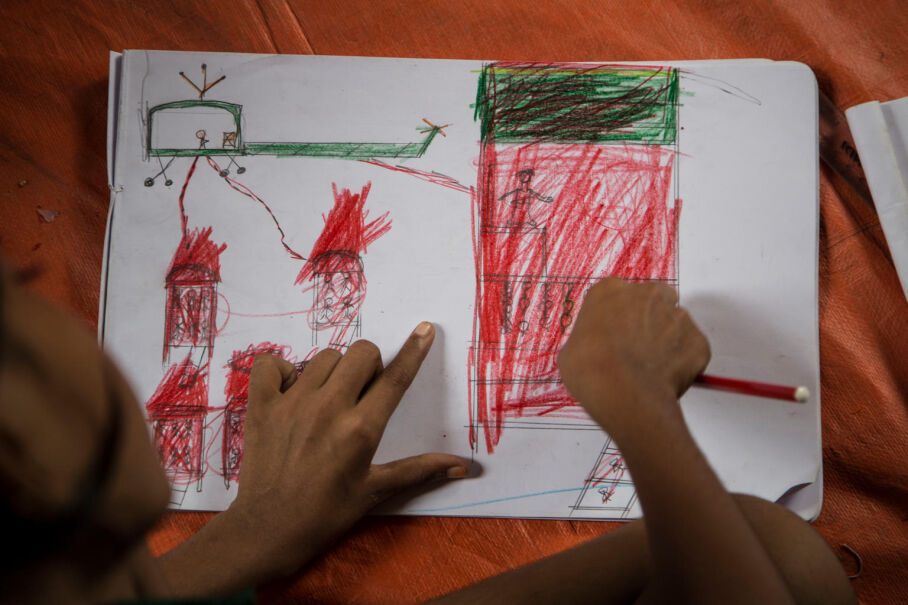 29 października 2017, Bangladesz. Dziecko w obozie uchodźców rysuje. Na obrazku wojskowy śmigłowiec bomarduje domy
