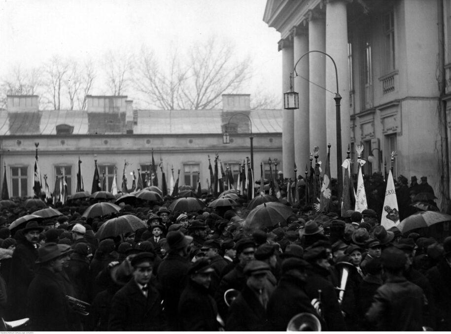 Delegacje organizacji społecznych i ludnosci przybyłe na dziedziniec Belwederu w celu złożenia życzeń imieninowych Józefowi Piłsudskiemu. Widoczne sztandary niektórych organizacji