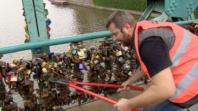 Kłódki znikają z Mostu Tumskiego. Przez 10 lat uzbierało się kilka ton