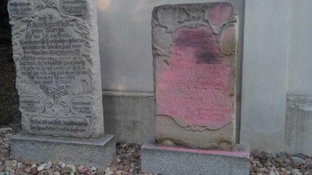 300-letnie epitafium pomalowane na różowo