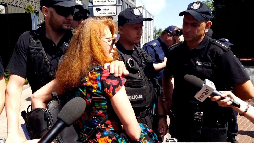 """Policyjny kordon na drodze dziennikarki. """"Chcę zaskarżyć decyzję marszałka Sejmu"""""""