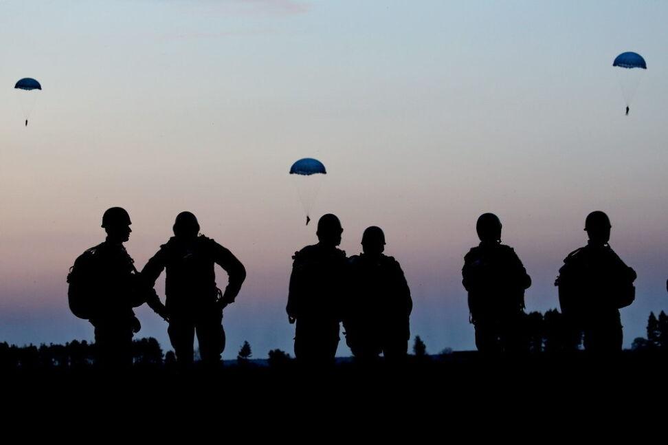 Nocne skoki spadochronowe oddali żołnierze z Krakowa