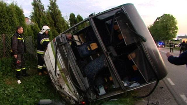 Czołowe zderzenie autokaru z dziećmi z oplem. 9 rannych