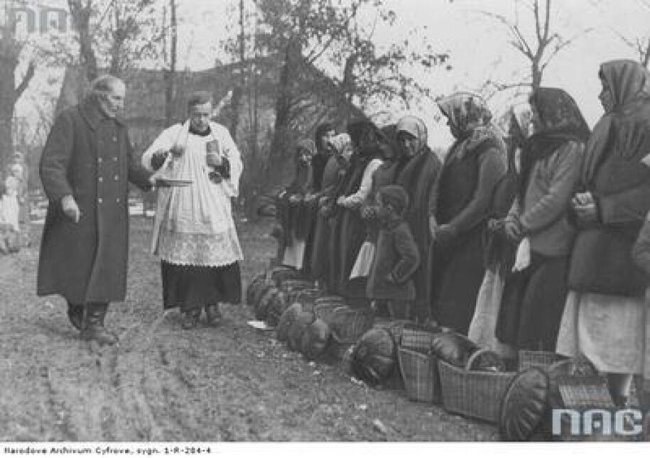 Poświęcenie przyniesionych pokarmów w Tomaszowicach