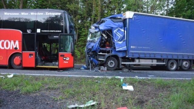 Zderzenie ciężarówki z Polskim Busem. 9 osób rannych