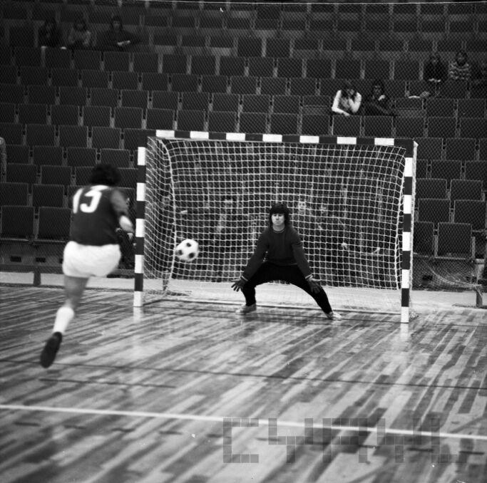 Turniej piłki halowej juniorów KS Warty, Polonii i Olimpii w Sali Widowiskowo-Sportowej Arena (styczeń 1975 r.)