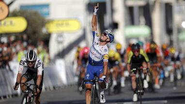 Palec ku niebu i łzy na mecie Tour de France.
