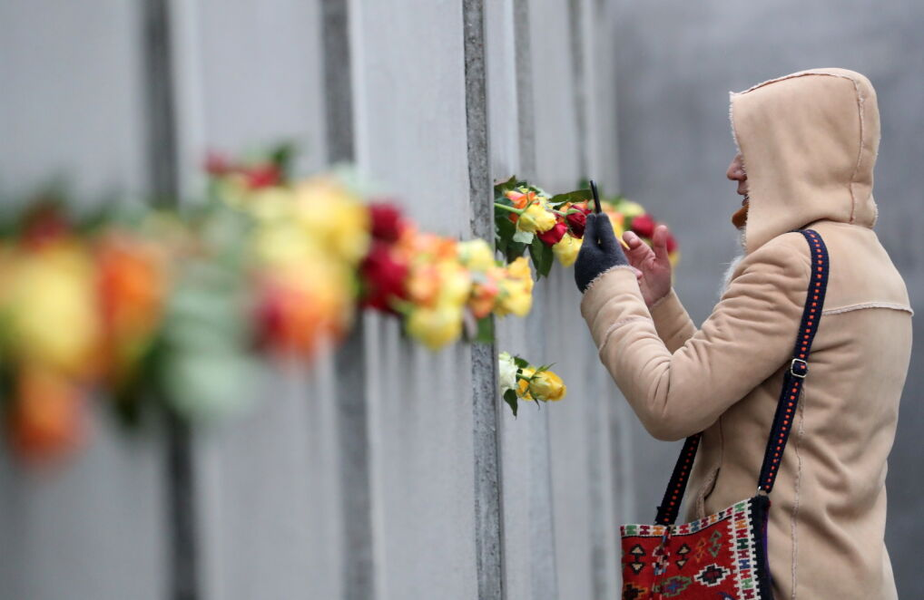 Kwiaty w pozostawionej, zabytkowej części muru