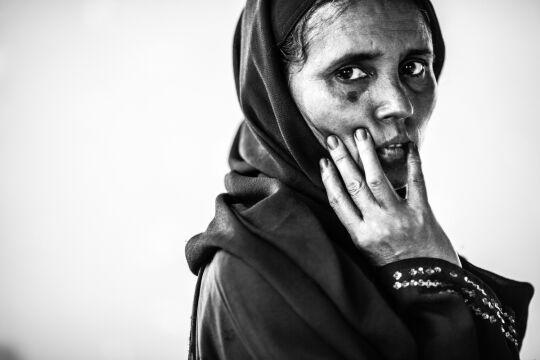 """Zdjęcie pojedyncze - III miejsce w kategorii PORTRET SESYJNY, Marcin Zaborowski, """"National Geographic Polska"""" Cox Bazar, Bangladesz. Dala Banu, 44 lata, numer obozowy REC 38. Uchodźca z obozu Kutupalong. W obozie gang zgwałcił zbiorowo jej 23-letnią córkę, dzięki wsparciu UN udało się jej wyjechać do Kanady."""