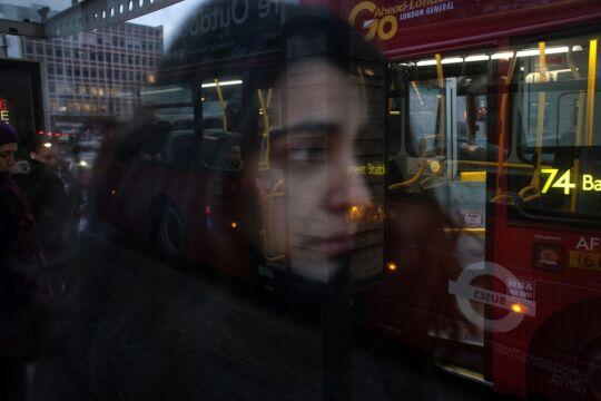 Zdjęcie pojedyncze - zwycięzca w kategorii LUDZIE Maciek Nabrdalik, VII. Londyn. Anabela, absolwentka Akademii Sztuk Pięknych w Lizbonie, z powodu kryzysu i bezrobocia w kraju zaraz po skończeniu studiów wyemigrowała – jak tysiące Portugalczyków – za pracą