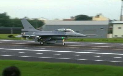 Ćwiczenia na autostradzie. Pokaz sił powietrznych Tajwanu