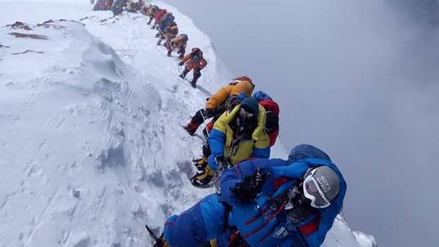 """Śmiertelna kolejka na Mount Everest. """"Lawiny turystów bez dorobku i przygotowania"""""""