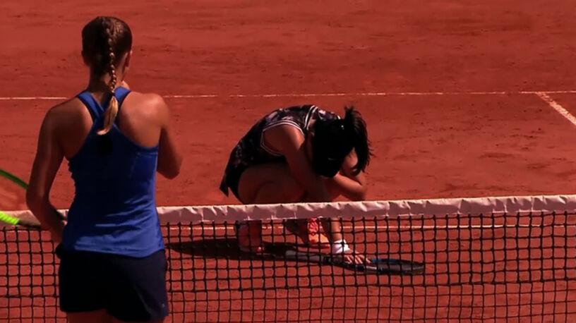 Zamroczona tenisistka. Chinka z bliska trafiona piłką w głowę