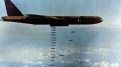 Podczas operacji Linebacker II B-52 zrzucały tysiące prostych bomb, niewiele różniących się od tych z okresu II wojny światowej. Broń naprowadzana była rzadkością