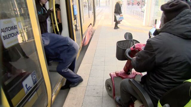 """Motorniczy nie chciał wpuścić niepełnosprawnego na wózku. """"Bo rampa może się uszkodzić"""""""