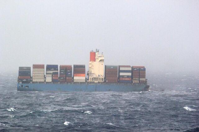 Wielki statek z tysiącami kontenerów złamał się na pół