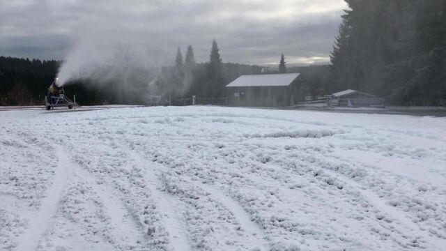 """Problem przed konkursem skoków, sztuczny śnieg zniszczony. """"Podziękowania dla bezmózgiego kierowcy"""""""
