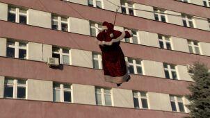 Mikołaj zjechał na linie z dachu szpitala. Przyniósł prezenty małym pacjentom