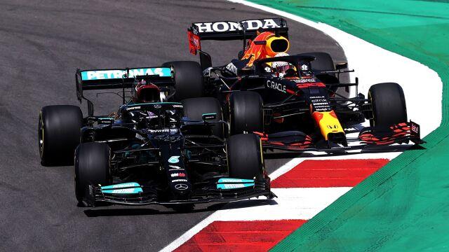 Hamilton najpierw dał się wyprzedzić. Potem pognał po kolejne zwycięstwo