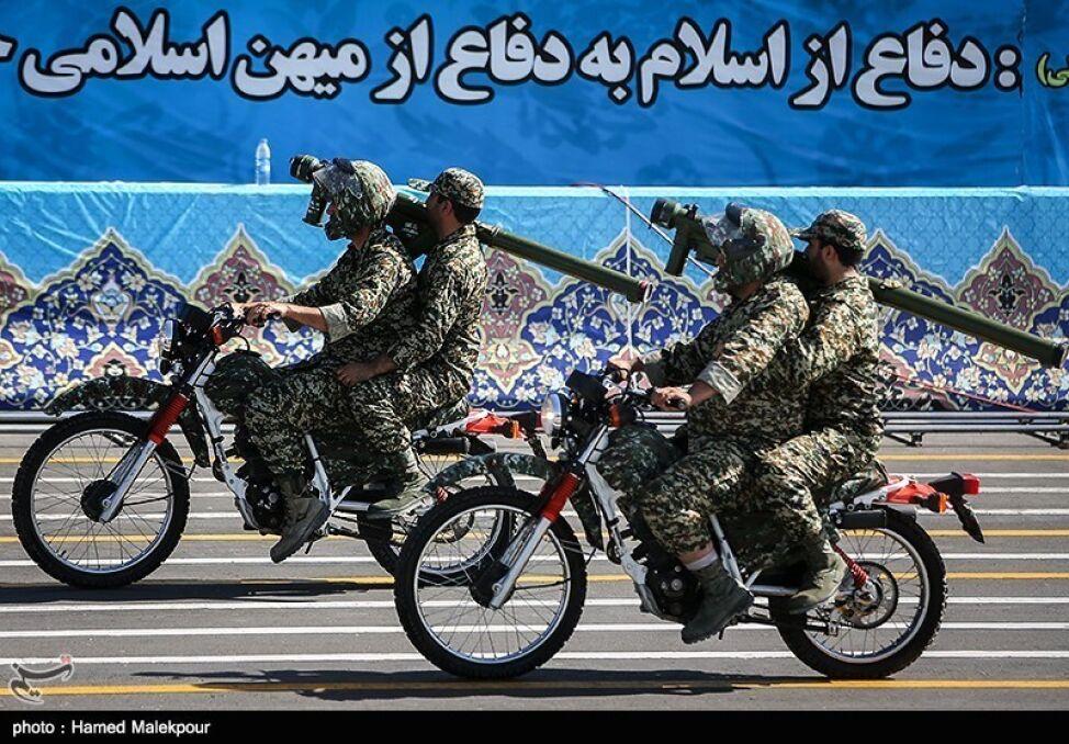 """Na irańskich paradach częstym widokiem są proste cywilne motocykle terenowe. Pasażer jest """"operatorem uzbrojenia"""", w tym wypadku ręcznej rakiety przeciwlotniczej"""