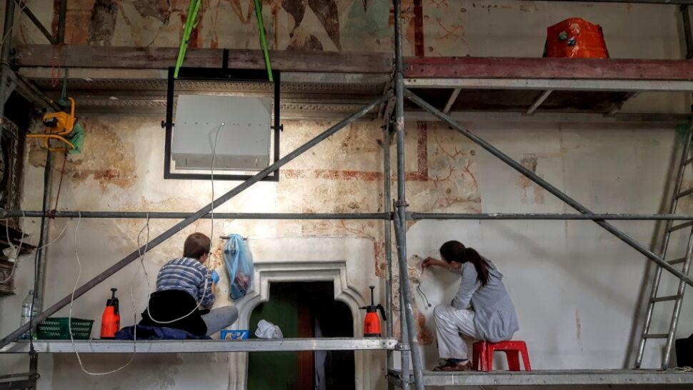 XV-wieczne freski były ukryte pod warstwami farby. Teraz je odnawiają