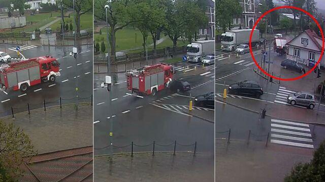Wypadek w Sokółce. Wóz strażacki wjechał w budynek