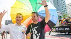 Paweł Rabiej z Rafałem Trzaskowski pod tęczowym parasolem, czerwiec 2018 r.