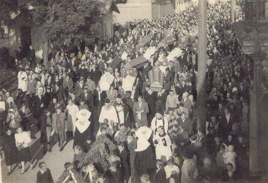 Pogrzeb polskich ofiar napadu na pociąg pod Zatylem (ok. Lubyczy Królewskiej) dokonanego 16 czerwca 1944 r. przez UPA. Muzeum Regionalne w Tomaszowie Lubelskim