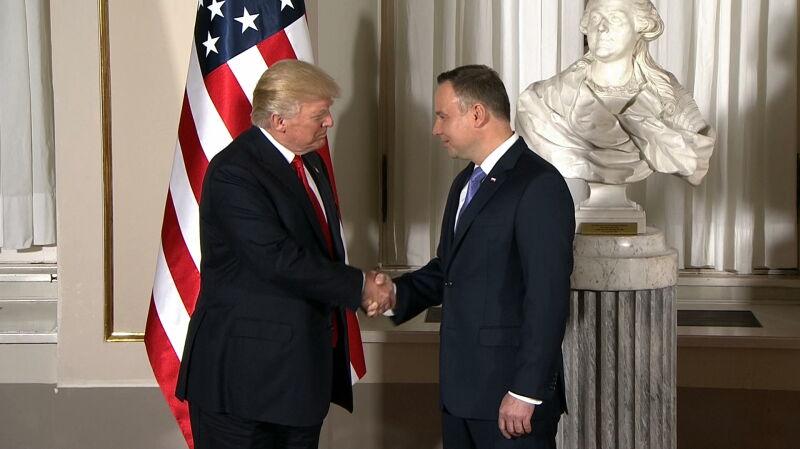 Uścisk dłoni prezydentów. Duda i Trump na Zamku Królewskim