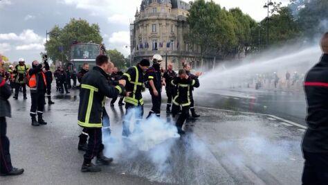 """""""Gniew rośnie"""". Strażacy protestowali, policja odpowiedziała armatkami wodnymi"""