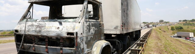 Napad na lotnisko, spalone ciężarówki i zakładnicy. Złodzieje zginęli