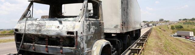 Napad na lotnisko, spalone ciężarówki i zakładnicy