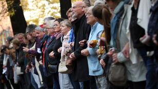 """""""Synagog musimy strzec jak oka w głowie"""". Ludzki łańcuch z ponad 200 osób"""