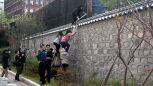Studenci wdarli się na teren rezydencji ambasadora USA w Seulu