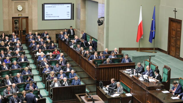 Posłowie głosowali, przed Sejmem  trwał protest.