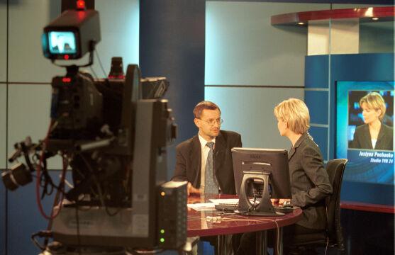 Studio TVN24 w 2001 roku, na zdjęciu Justyna Pochanke i gość programu