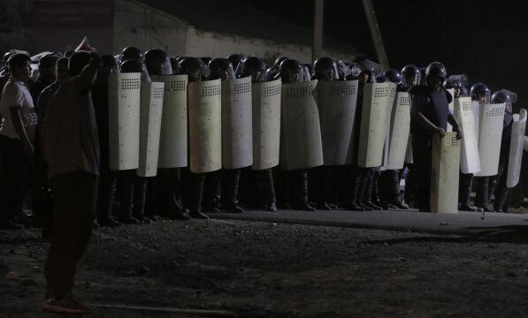 Oddział specjalny Alfa przed domem Atambajewa