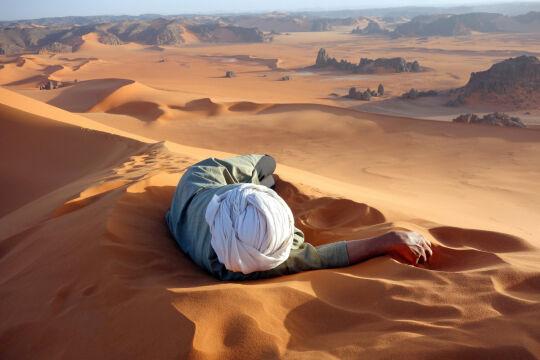 """""""Zasłużony wypoczynek na Saharze"""". Algieria - Evan Cole"""