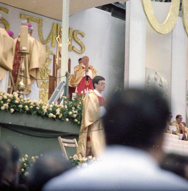 Papież Jan Paweł II (widoczny w miejscu przewodniczenia) oraz koncelebransi podczas mszy św. jubileuszowej z okazji sześćsetlecia klasztoru na Jasnej Górze. 1983-06-19